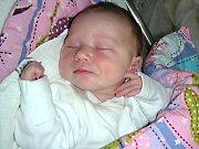 DATUM 4. května 2017 má v rodném listě zapsané Adéla Ezrová, prvorozená dcerka manželů Terezy a Tomáše Ezrových. Rodiče připravili pro Adélku postýlku a hračky doma v Praze.