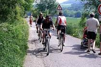 Cyklostezka u  Berounky je o víkendu přeplněná