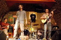 Na snímku Duo Dubnička - Lahoda a přátelé. Zleva: Viktor Limr (baskytara), Vilém Dubnička, Miroslav Lahoda (bicí), Zdeněk Lahoda (kytara), David Vaňáč (klávesy)