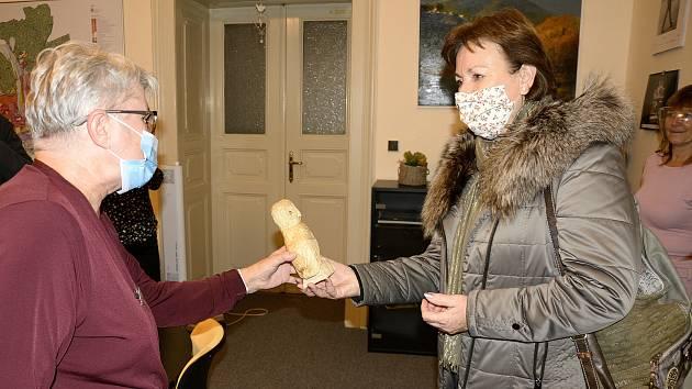 Ludmila Macháčková převzala figurku sovičky pro svou vnučku od berounské starostky Soni Chalupové.