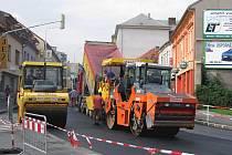 Na část plzeňské silnice včera dělníci pokládali asfalt