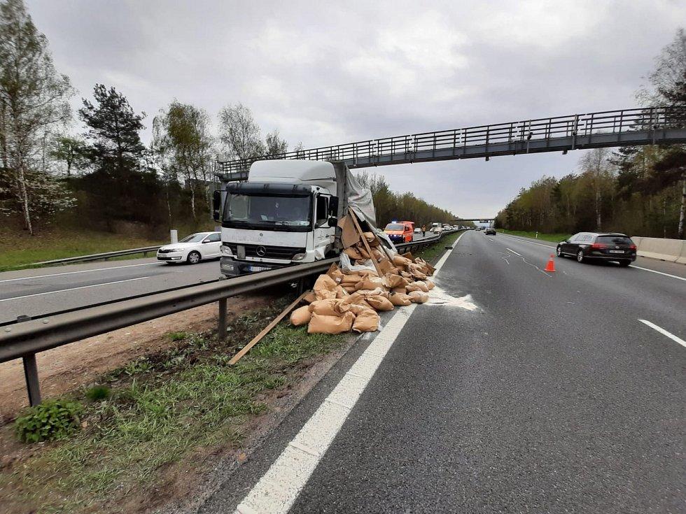 Nehoda nákladního automobilu, který převážel ovesnou mouku, na dálnici D5 u Rudné.