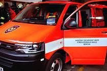 Externí defibrilátor vozí berounští hasiči v tomto autě.