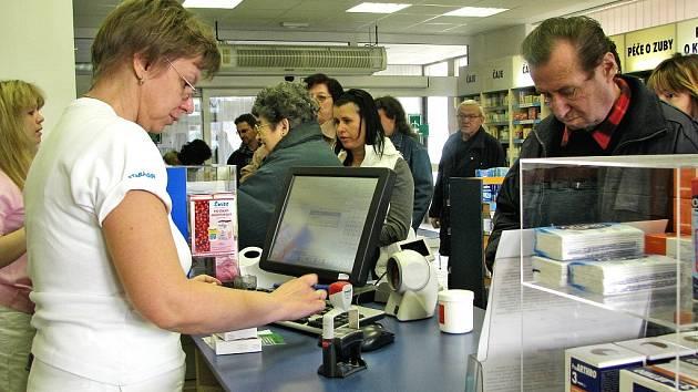ékárníci si stěžují na nižší tržby. Lidem se nechce platit třicetikorunové poplatky za položky na receptu a raději si kupují levnější volně dostupné léky za peníze.