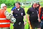 V pohodě odcházejí ze hřiště na berounském Závodí rozhodčí Václav Hájek a Stanislav Krbec (vpravo). Na Cembritu jsou jedni z nejlepších a nejvtipnějších fanoušků.