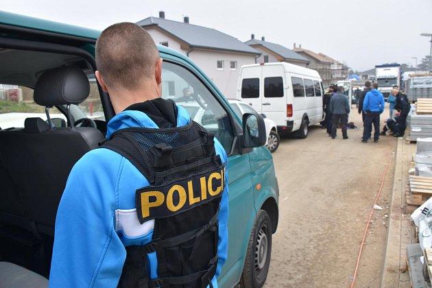 Kontrolované stavební dělníky umravnil na Berounsku policejní pes z Kladna.
