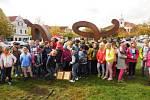 Přesně týden po odhalení skulptury LOVE HATE se děti školní družiny při ZŠ Beroun - Závodí vydaly na její prohlídku.