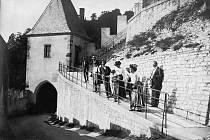 Hrad Karlštejn v první polovině 19. století i s návštěvníky.
