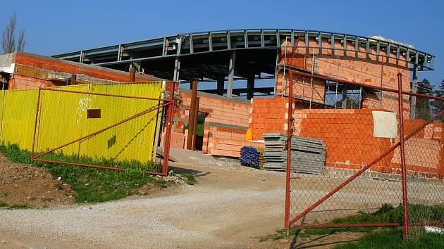 Stavba víceúčelové haly postupuje velmi pomalu. Tomu, že bude dokončena do 30. prosince,  už nevěří  ani velcí optimisté.