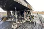 Požár v bytovém domě ve Vestci 8. března 2020.