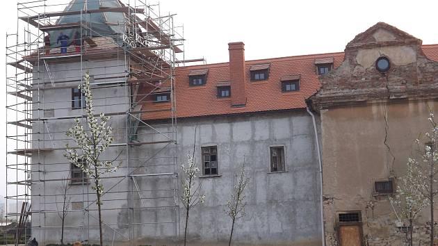 Oprava zámku v Králově Dvoře.