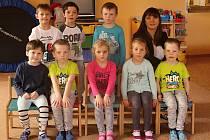 Mateřská škola v Březové: předškoláci s ředitelkou Zuzanou Kljapovou.