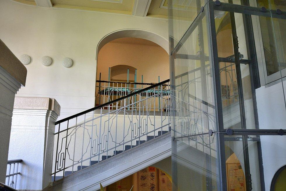 Chodba školy s výtahem