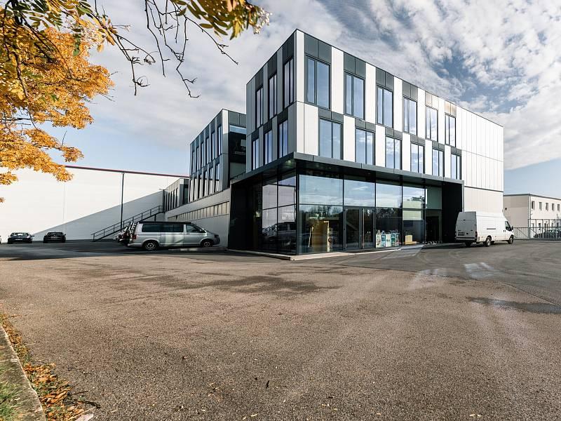 Z areálu společnosti Vafo Praha působící v Chrášťanech na Praze-západ. Na snímku administrativní budova firmy.