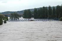Povodeň v srpnu 2002 smetla v Berouně ocelovou lávku přes řeku.