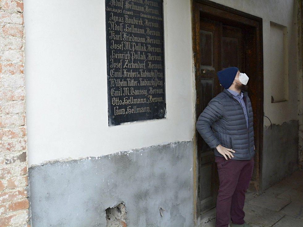 Jakub Smejkal ukazuje prostory hřbitova v Berouně.