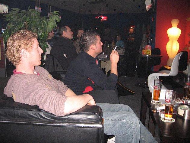 Fanoušci sledovali hokej i v restauracích.