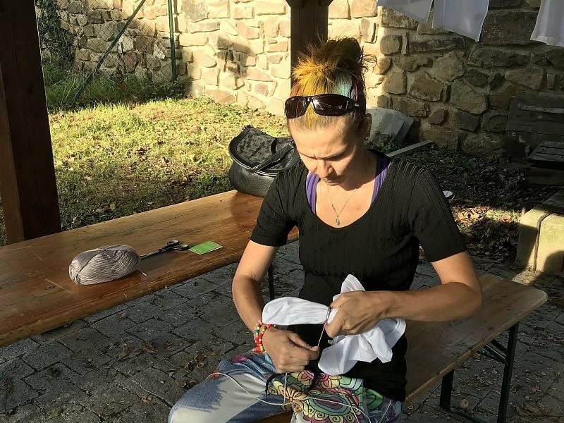 Z batikování v komunitním centru Domov v Černínu u Zdic.