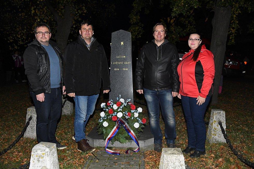 Položení věnce k pomníku padlých v rámci lampionového průvodu v Králově Dvoře.