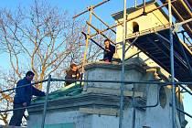 Na úpravách obce Lážovic se pravidelně podílejí místní i chataři. Nejinak tomu je i při rekonstrukci kapličky