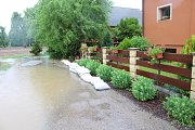 Profesionální i dobrovolní hasiči na Berounsku a Hořovicku zasahovali ve čtvrtek u desítek událostí. Vydatný déšť měl na svědomí zatopené silnici i sklepy rodinných domů a škol.