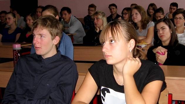 Bankéři navštívili střední školy, jejich zastávkou bylo i Gymnázium Václava Hraběte Hořovice