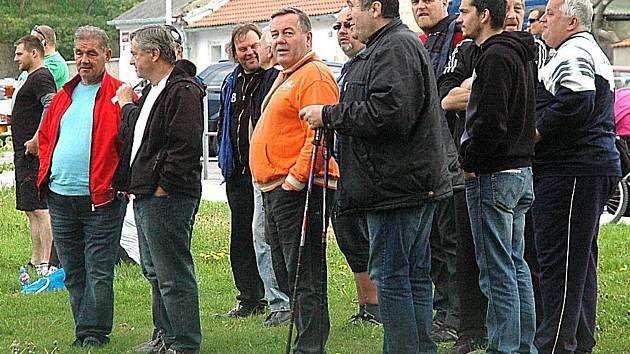 Typický obrázek, který je k vidění při nedělních dopoledních utkání berounského Cembritu. Funkcionáři a rozhodčí probírají zasvěceně sobotní výsledky.