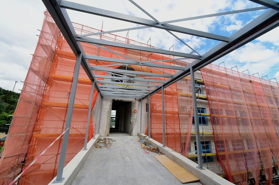 Dokončení nového školního pavilonu, na který město získalo historicky největší dotaci 60 milionů korun, je plánované na konec roku.  Jedná se o největší stavební akci v plné režii města Králův Dvůr.