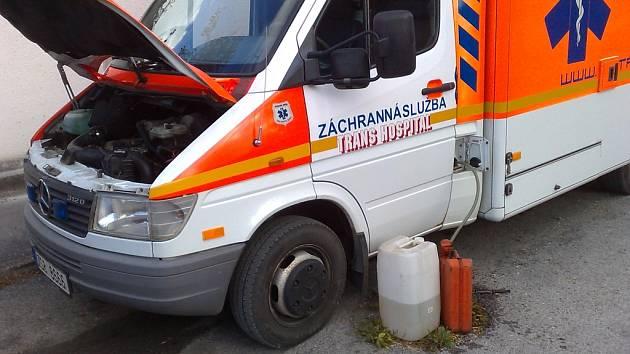 Záchranáři museli odčerpat palivo