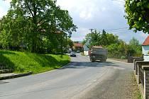 Muž z Dobřichovic vjel ve Svinařích do výmolu na silnici. Jízda bez přilby skončila mnohačetným poraněním
