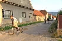 Ani děravé silnice nepřivedlo občany na jednání obce