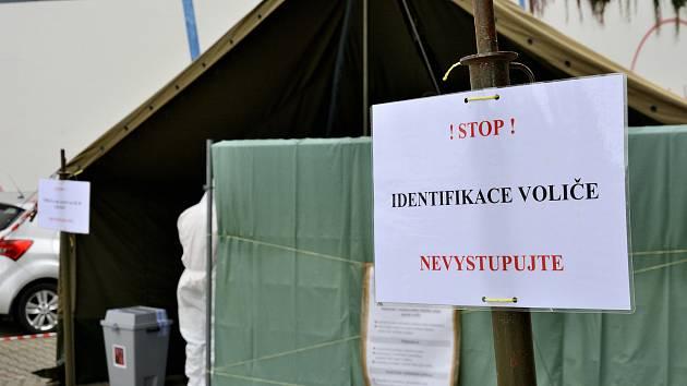 Volební drive-in stanoviště u zimního stadionu v Berouně.