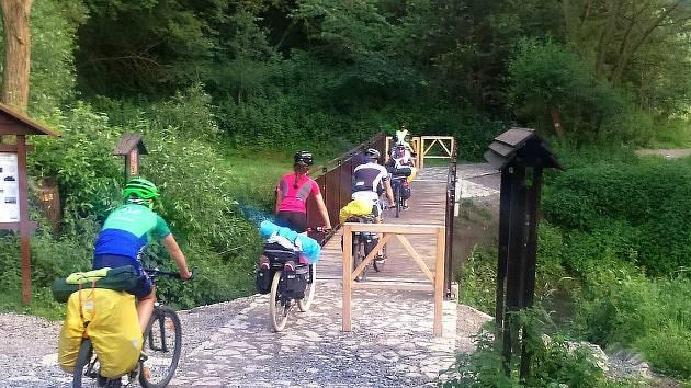 Lávka přes Kačák vede k nebezpečnému úseku cyklostezky. Ze skal na ni padají kameny.