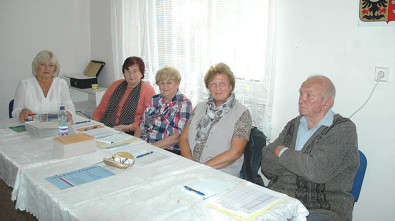 Volební místnost sousedí s místní hospůdkou.