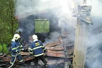 Při červnovém požáru chaty v Nučicích se vymrštila proudnice a zranila jednoho ze zasahujících hasičů na hrudi