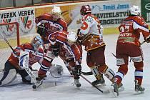 Vzhledem k tomu, že ve středu, kdy se představí Medvědi v Šumperku, hraje Plzeň domácí utkání play off, bude Medvědům s největší pravděpodobností chybět brankář Martin Altrichter. Šanci tak zřejmě dostane mladík Antonín Štelmach (vlevo)