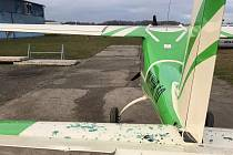 Nehoda letadla a osobního auta na letišti v Bubovicích.