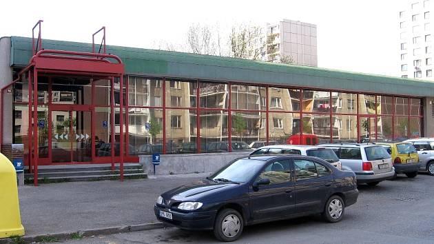 Místo potravin, které byly v objektu v ulici Na Náhonu řadu let, zde vzniká sportbar.