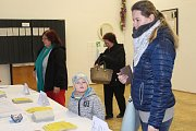 K některým volebním místnostem přicházeli voliči už kolem půl druhé.