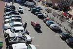 Na parkovišti na náměstí Marie Poštové v Berouně je stále plno.