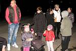 Předvečerní setkání k oslavě 17. listopadu na Tetíně zpestřil ohňostroj