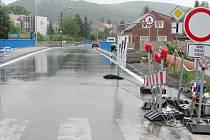 Most přes potok Kačák je v Loděnici stále neprůjezdný.