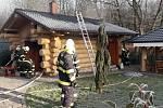 Požár poškodil srub se saunou