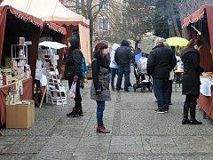 Přes nepřízeň počasí na farmářské trhy dorazilo mnoho zájemců o nákupy.