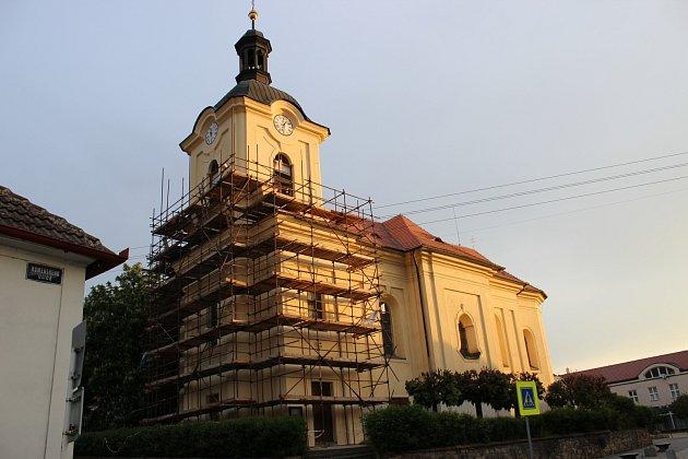 Ve Zdicích pokračuje oprava kostela Narození Panny Marie, která odstartovala letos v březnu.