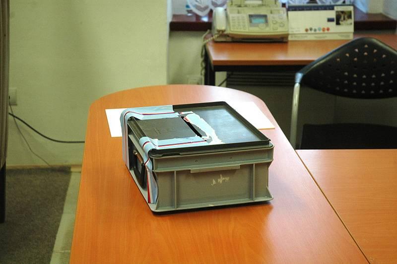 Členky volební komise v Kotopekách čekají na další voliče.