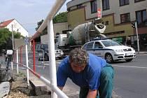 Technické služby opravují propadlý chodník