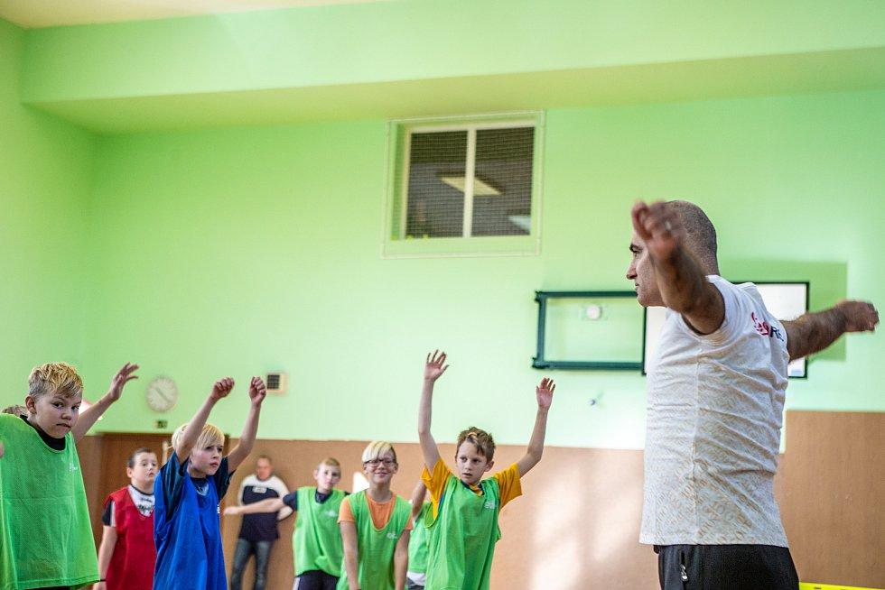 Cvičení dětí s olympionikem Petrem Korbelem.