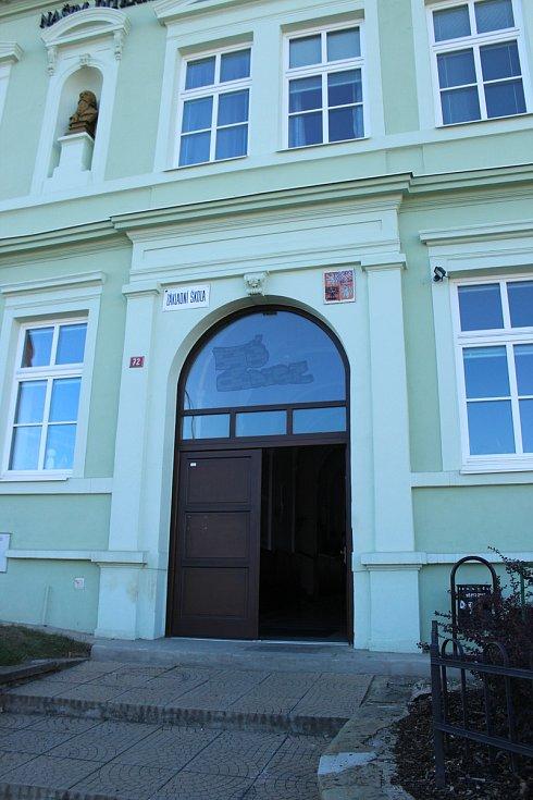 Zdice volí celkem na pěti místech. První tři volební okrsky jsou ve Zdicích v budovách ZŠ a knihovny, zbylé dva potom v Knížkovicích a Černíně.