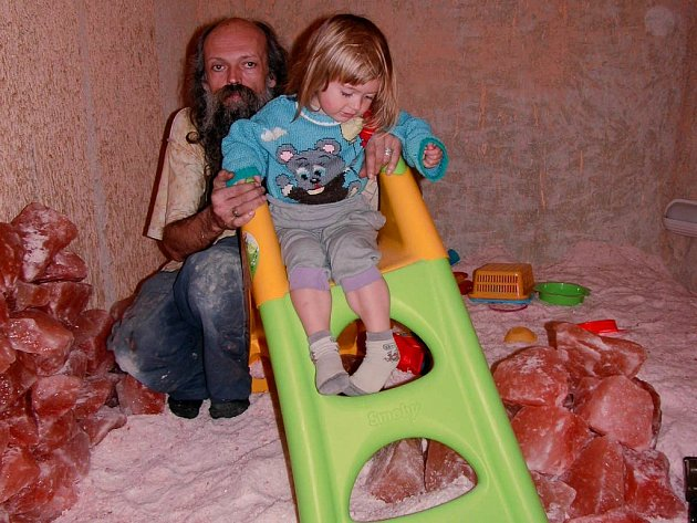 Ozdravný pobyt v žebrácké solné jeskyni dětem zpěstří pískoviště i skluzavka